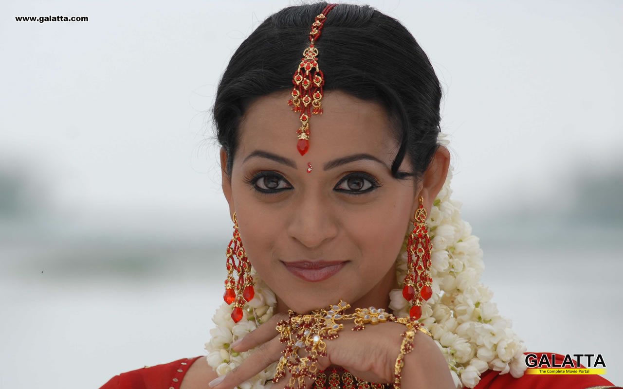 Tamil Actress Bhavana Photos: Bhavana Hot Navel And Hot Kiss In Saree Sexy Photo Gallery