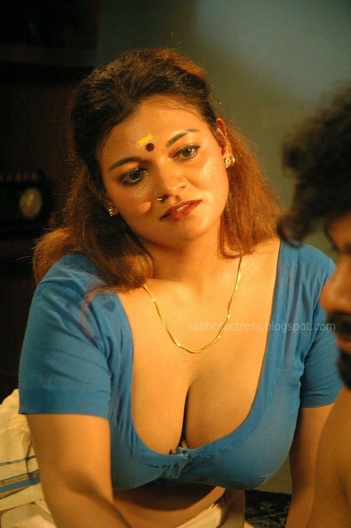 Item Aunty Bhannu Hot Cleavage And Navel Show in Saree ...