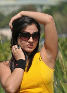 Cute actree Aksha new Yellow dress pics from Ade nuvve navel show