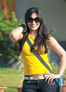 Cute actree Aksha new Yellow dress pics from Ade nuvve Photoshoot images